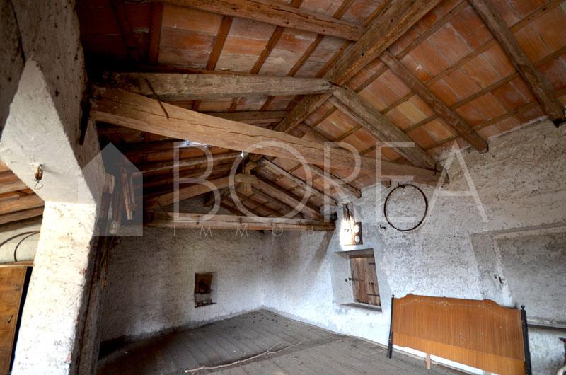 09_Duino Aurisina_casa carsica tetto con travi in legno