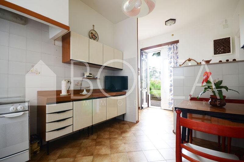 07_Duino_Aurisina_casa_con_giardino_cucina_vista_giardino